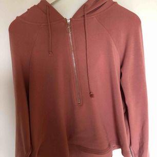 En sån skön kroppad hoodie från Bik bok. Storlek M passar även någon som har storlek L. Kommer tyvärr inte till användning