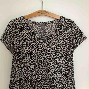 Leopard mönstrad tröja från Lindex som används typ 2 ggr så den är i bra skick.