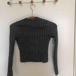 Ribbad stickad croppad tröja från bikbok