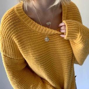 Jätte mysig gul tröja från Bik Bok 🍋 Kliar inte och är lagom varm. Frakt tillkommer 💕