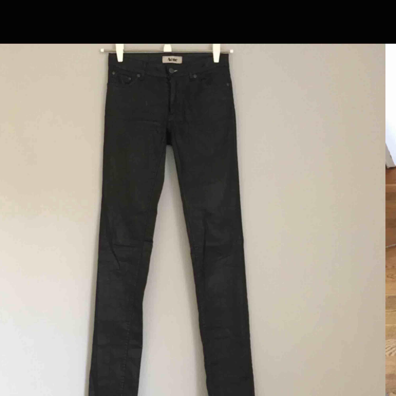 """Acne jeans 28/34, liten i storleken passar bättre på en 26a eller 27a. Ser lite vaxade ut. Modellen heter """"Kex Pleather"""". . Jeans & Byxor."""