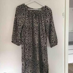 Klänning med leopard mönster.