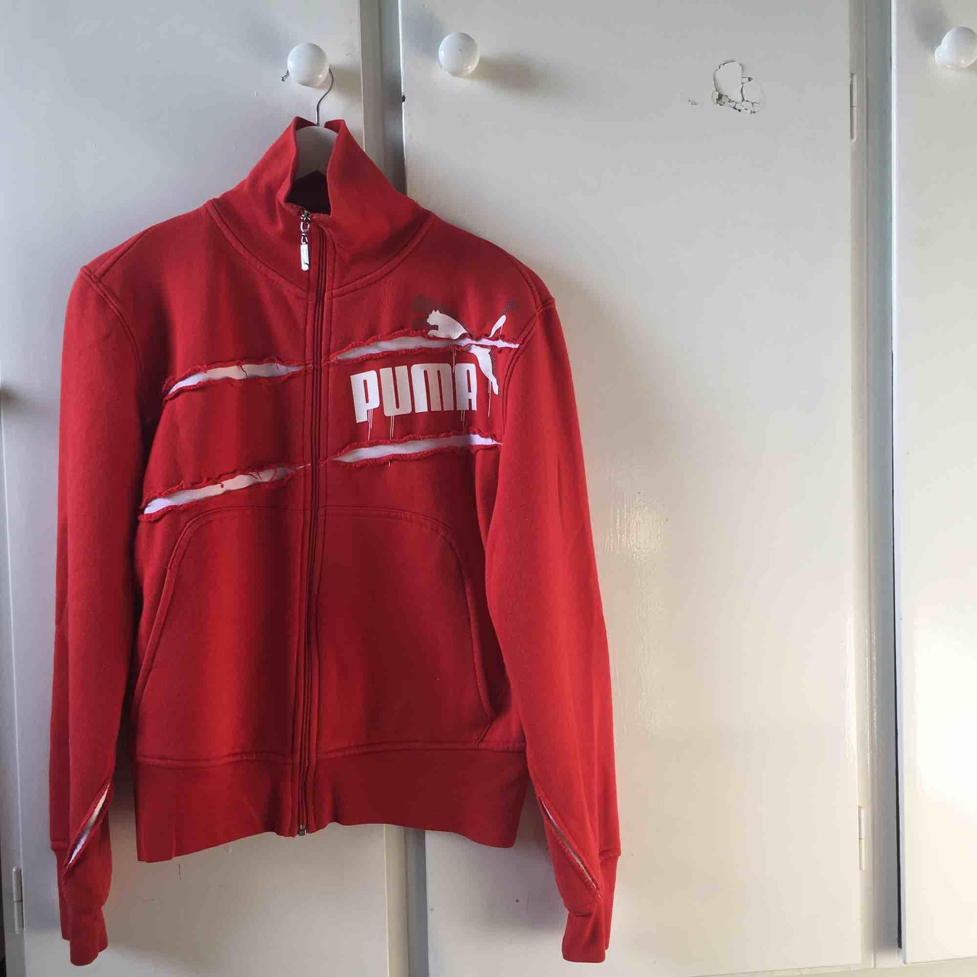 Snygg Puma-zipper i storlek S. Kan mötas upp i Umeå. Om annan stad tillkommer frakt. Endast swish :) . Huvtröjor & Träningströjor.