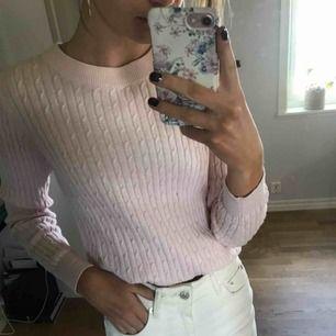 rosa stickad tröja ifrån gina! storleken är M, men passar mig som har xs/s.  endast swish & frakt tillkommer!