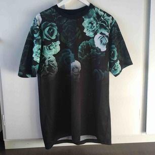 Fresh lång tröja t från H&M. Knappt använd. Kan mötas upp i Umeå. Om annat ställe tillkommer frakt. Endast swish :)