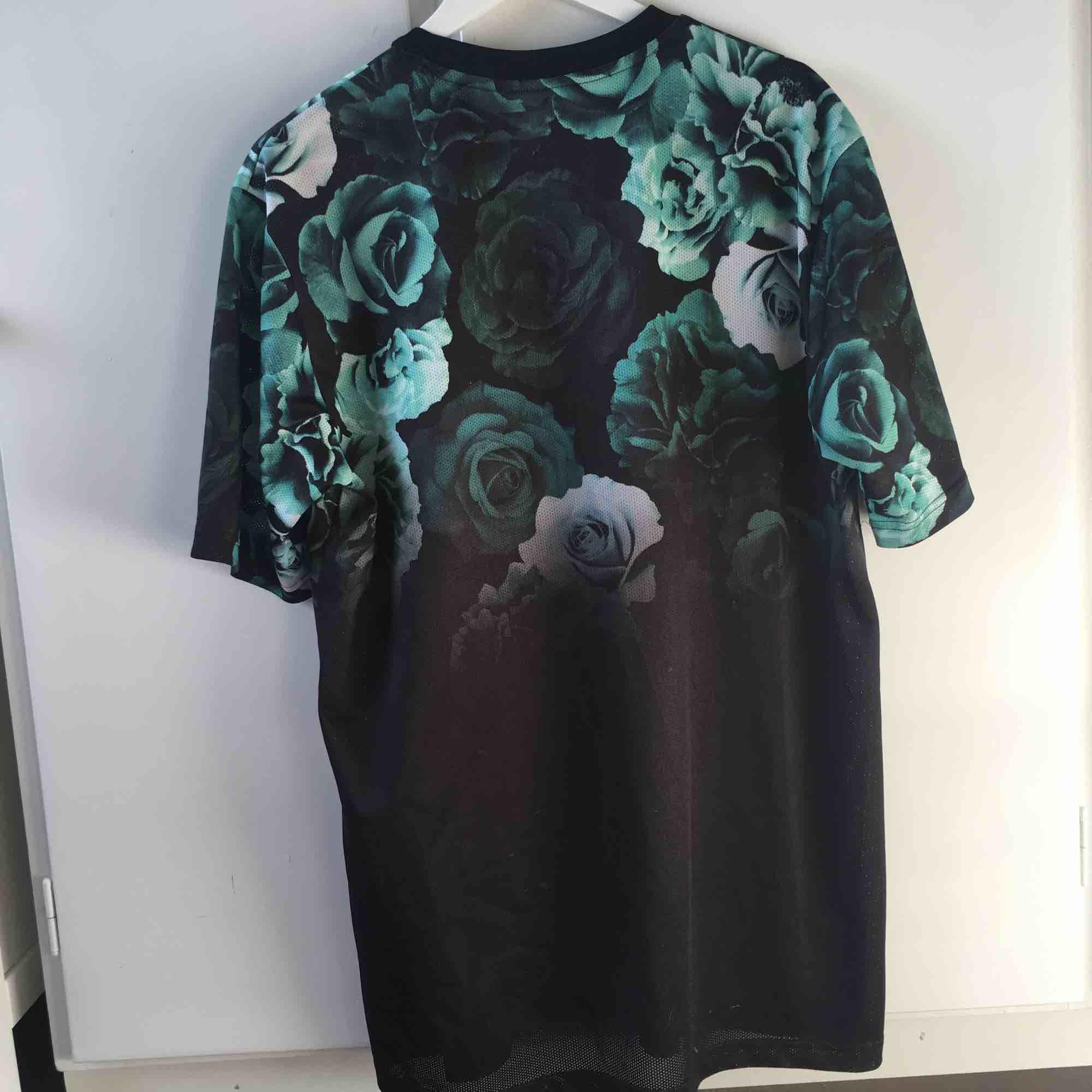 Fresh lång tröja t från H&M. Knappt använd. Kan mötas upp i Umeå. Om annat ställe tillkommer frakt. Endast swish :) . T-shirts.