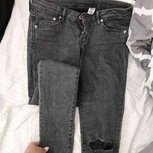 Skitsnygga grå jeans med låg midja! Passar mej som har S i byxor! Hålen har jag gjort själv! 130kr + eventuell frakt