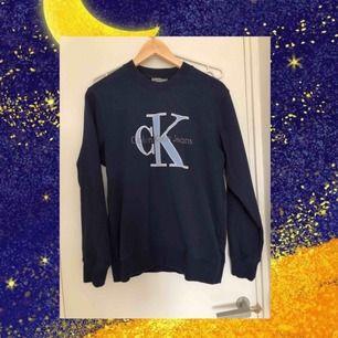 Mörkblå tröja från Calvin Klein. Använd 2-3 gånger. Passar nog även XS
