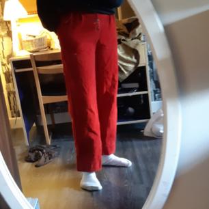 Jättesnygga röda manchester byxor i hyfsat gott skick! Enda problemet är att en rem har lossnat. (Bild 3).
