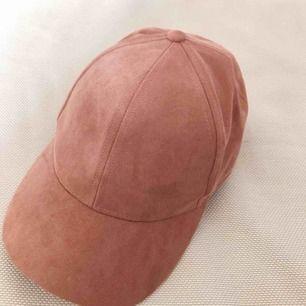 Frakt ingår i priset!  Oanvänd rosa keps i mockaimitation, superfin! 🤩