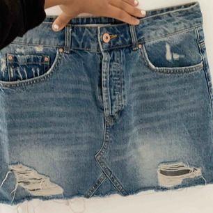 Blå jeans kjol från zara. Säljes pågrund av att den  aldrig används.