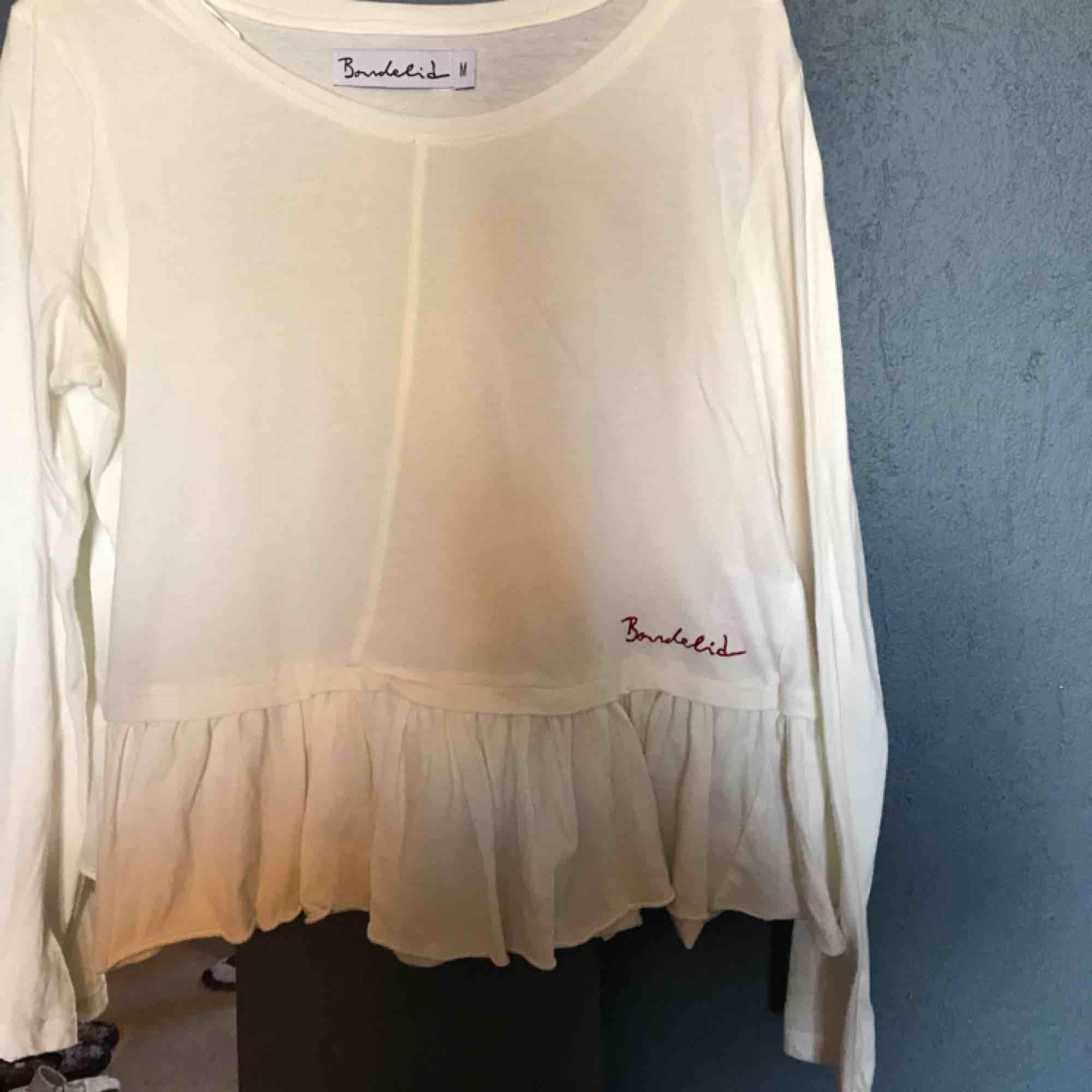 Jättefin långärmad tröja den är använd endast fåtal gånger och i jättebra skick. Blusar.