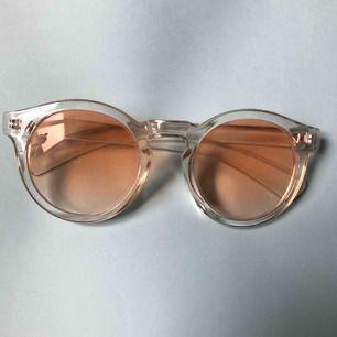 Solglasögon med gult glas och genomskinlig båge!  För mer bilder är det bara att skriva. Frakt tillkommer 💙☁️