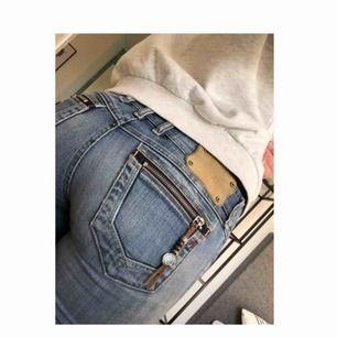 Ett par as tuffa replay jeans med underbara detaljer!  Mina älsklings jeans ifrån tidigt 2000- tal i grymt skick. Självklart är det äkta Replay