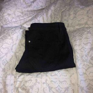 Vanliga svarta jeans. Aldrig använda. Köpt för några dagar sen