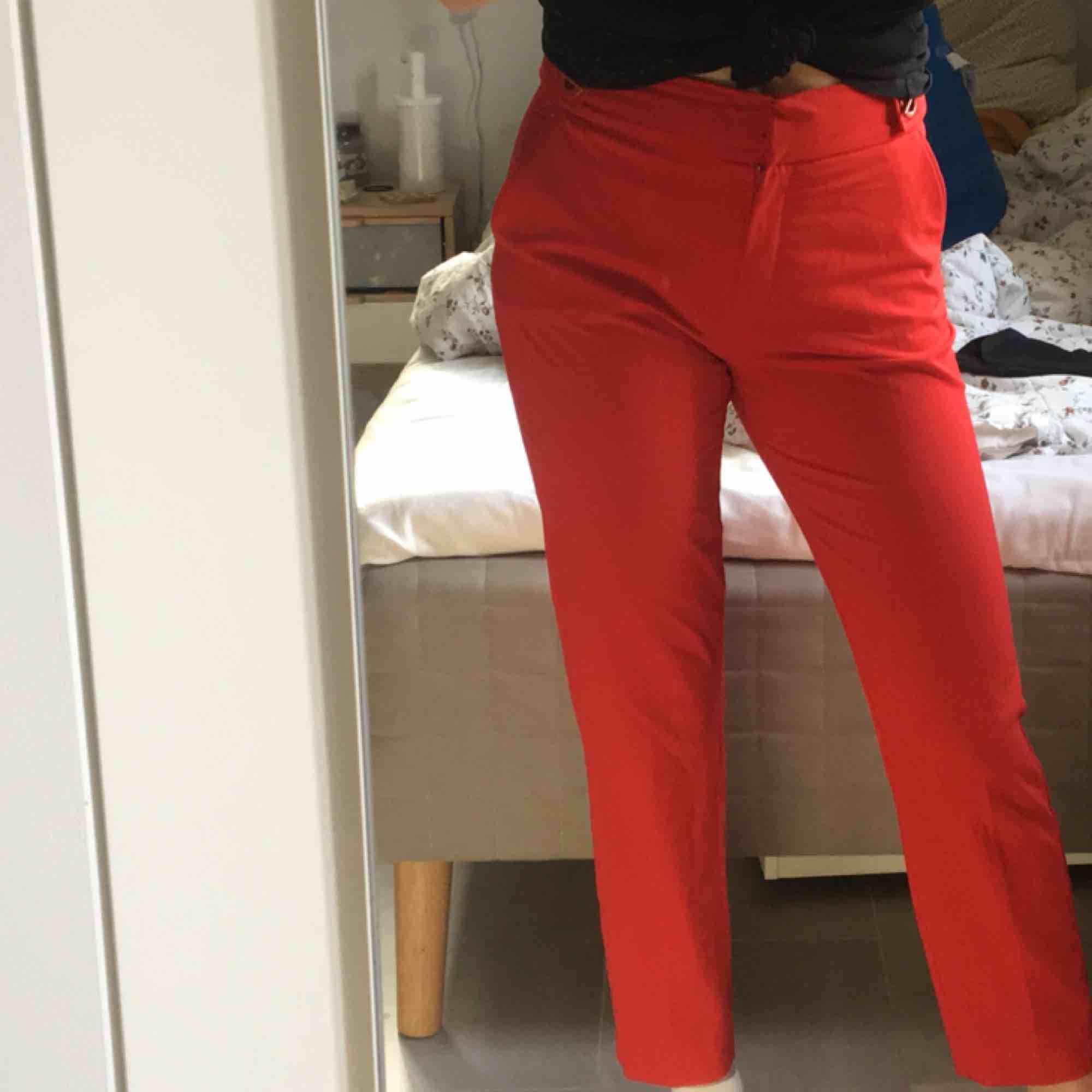 Röda kostymbyxor från mango med detalj vid höften (som visas på första bilden). Använt 1 gång. Jeans & Byxor.