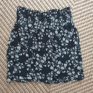 Fin somrig kjol från Cubus i storlek s. Strechig midja