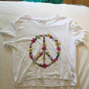 Vit t-shirt från MONKI med coolt tryck! Använd någon enstaka gång och såklart inga svettfläckar! Kan både mötas upp och frakta, köparen står för frakten ☺️