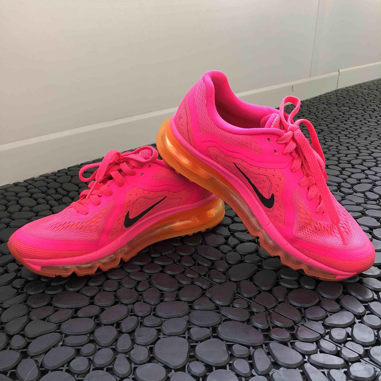 Heta Nike Air Max löparskor original. Använder aldrig då jag köpt en halvstorlek mindre. Ordinare pris 2199:- norska kroner då jag köpt dom i Norge Kan bjuda på frakt vid snabb affär! . Skor.