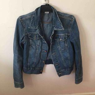 Disen jeansjacka i storlek L men passar allt från xs-L beroende på hur man vill att dem ska sitta! Jättefint skick