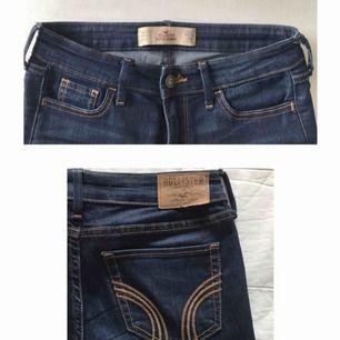 Jeans från Hollister, fotona är tagna i olika ljus. Stuprör och låg midja. Tråden på Hollister-lappen på baksidan har lossnat i ett hörn, men går att sy fast igen lätt. Använda men i gott skick!