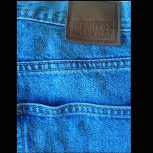 Eftertraktade weekday-jeans i perfekt tvätt! Rak modell, perfekt skick! Skicka gärna frågor!🌟