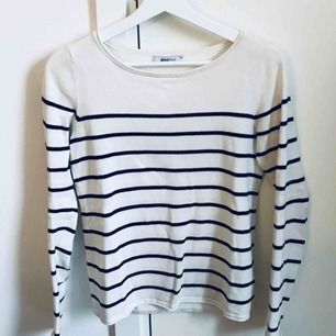 Mysig randig tröja från Gina Tricot. Använd men i gott skick! Frakt ingår i priset 🌸