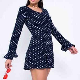 Mörkblå prickig klänning från Madlady med öppen rygg. Använd 1 gång