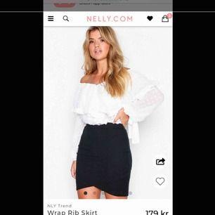 En svart tight twistad kjol från Nelly i strl xs, aldrig använd, säljer pga att den aldrig kommit till användning, nypris 179 kronor, väljer att sälja den för billigare summa, köparen står för fraktkostnaden som tillkommer!☺️