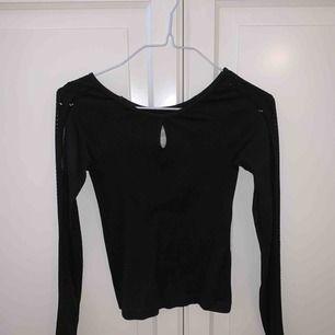 """Långärmad svart tröja från hollister med """"hål"""" på ärmarna och på bröstet, använd max 2 ggr"""