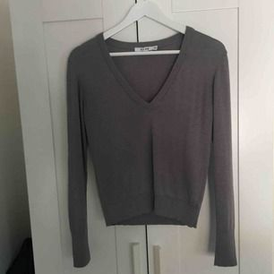 Grå stickad/virkad tröja från nakd. Använd ett fåtal gånger därför i mycket bra skick. Muddar i armarna samt längst ned, v-ringning. 150 kr + frakt. Swish!