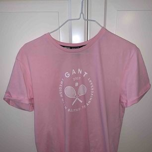 Ljusrosa T-shirt från Gant. Jättefint skick! Använd max 2 ggr