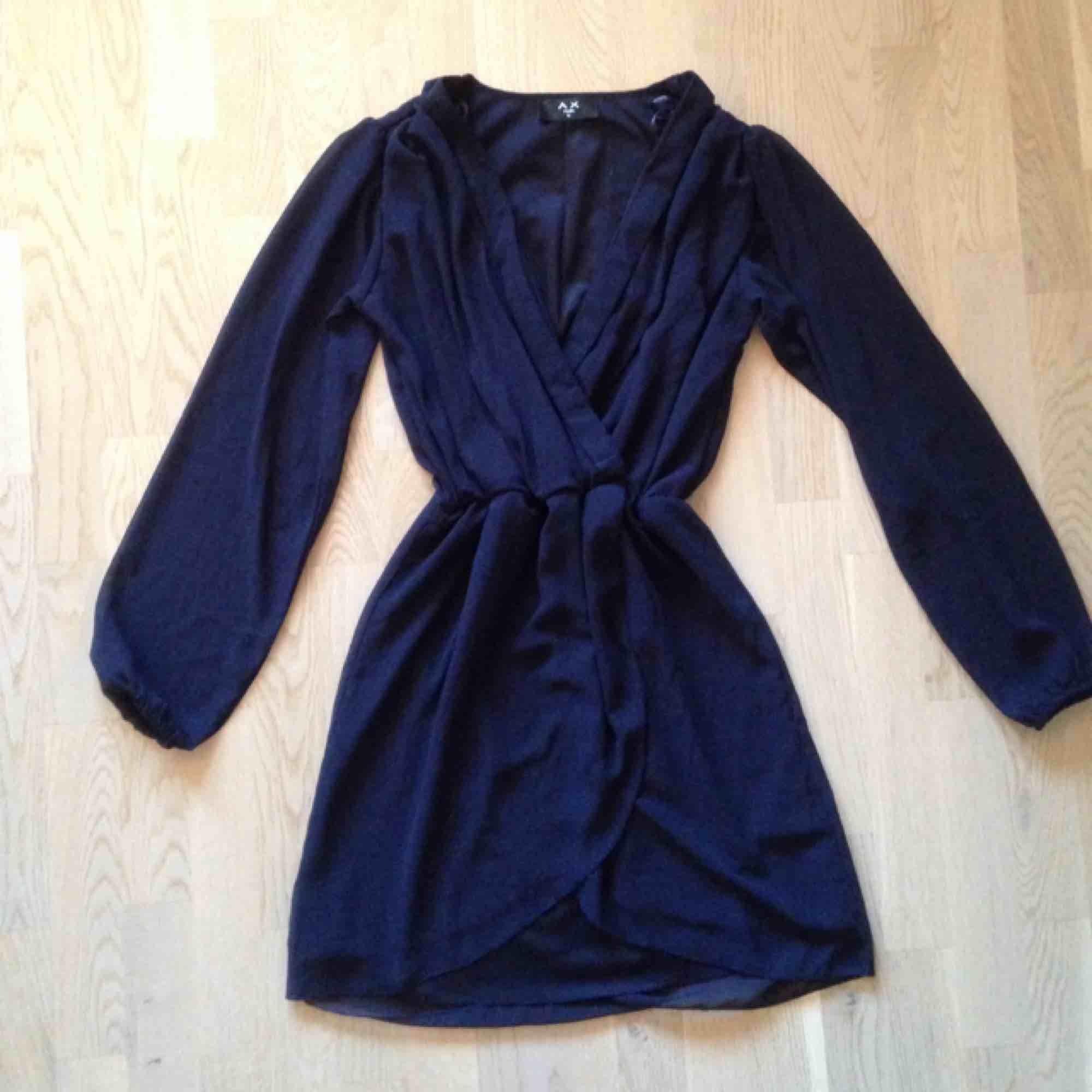 Smickrande mörkblå omlottklänning! Genomskinligt material på ärmarna. Lyxig modell och i perfekt skick!🌟. Klänningar.