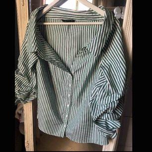 Ascool ofshoulder-topp från Zara! Grön/vitrandig i skjortstil. Storlek M men passar en S bättre. Unika ärmar!💋