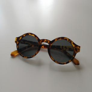 solglasögon från monki, använda men fint skick