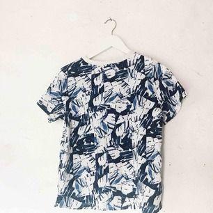 Superfin mönstrad T-shirt från Monki. Använd ett fåtal gånger. Frakt tillkommer 🌹