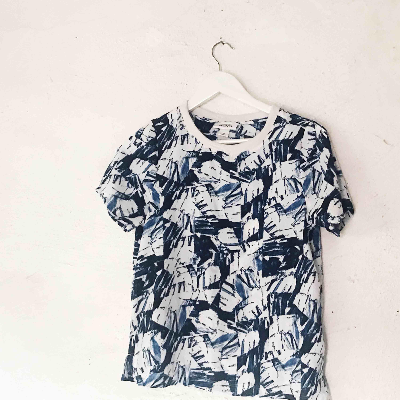 Superfin mönstrad T-shirt från Monki. Använd ett fåtal gånger. Frakt tillkommer 🌹. T-shirts.