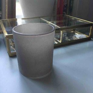 """Fin ljuslykta som ger jättefint ljus. """"Frostat glas"""". Jättefint skick förutom en liten repa!"""