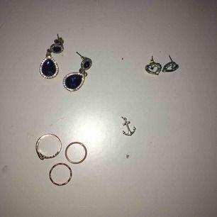 Ringarna , alla för 15 Blåa örhängen - nästan oanvända , 20 Ankare - oanvänd , 20 Hjärtörhängen - ena saknar 1 kristall, 10