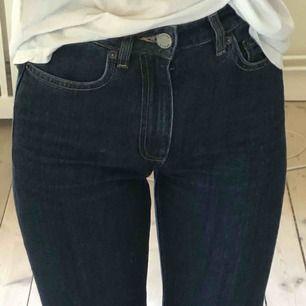 Mörkblå jeans från & otherstories. Passar en waist 26 också. Så gott som nya. Nypris: 690kr