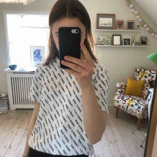 """T-shirt från & other stories. Det står """"paris 2017 world tour"""" på hela tröjan Inget slitage"""