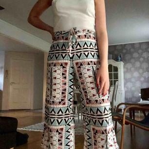Trekvartslånga byxor med mönster i pastellfärger. Mjuka och flexibla byxor som är svalkande på sommarn. Använda ett par gånger. Mötas upp i Växjö eller Älmhult eller frakt 30-40kr