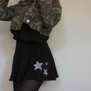 Skitsnygg kjol med stjärnor på!!