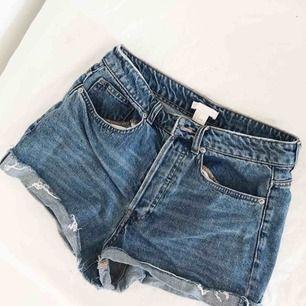 High waist denim shorts med knappar, använda ca 3ggr, så i jättefint skick, frakt tillkommer🌸🌸