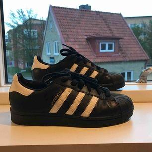 Adidas Superstar svarta. Köpta för 699kr och använda 3 ggr. Köparen står för frakten. Nästan nyskick förutom de svarta strecken på högra skon men syns inte på långt håll. 💖