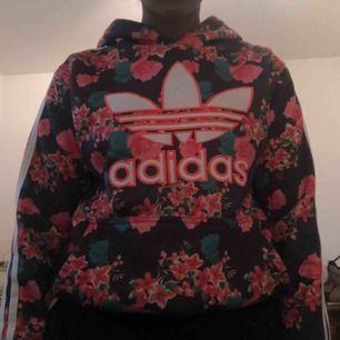 En fin blommig adidas hoodie. Den är egentligen storlek M men funkar som storlek S också