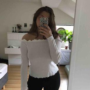 Jättefin vit off shoulder tröja. Jag är vanligtvis en storlek S, alltså passar den många storlekar beroende på hur man vill att den ska sitta. Jätteliten fläck som knappt syns. Frakt ingår! 🥰
