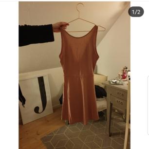 Glittrig gammelrosa klänning v-ringad där bak.