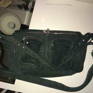 Säljer min gröna nunoo väska! Den är mörkgrön och den större modellen! Bra skick och jätte rymlig!
