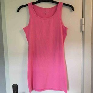 Långt rosa linne i storlek 170. Använt fåtal gånger. Köparen betalar frakten